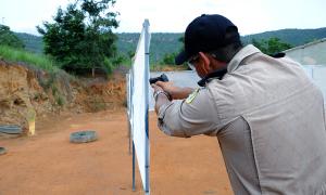 Durante os exercícios práticos, os militares estão recebendo treinamento de tiro policial em posição de pé, ajoelhada, deitada, embarcada em veículos, entre outras situações que podem ocorrer durante a proteção de autoridades