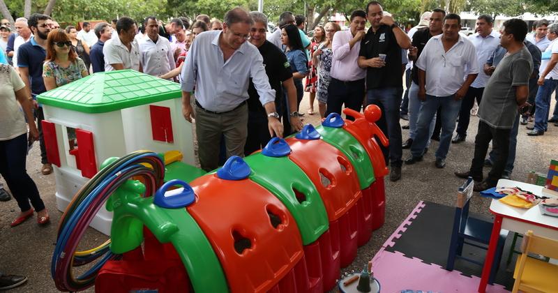 Governador e secretário Glauber de Oliveira conferem itens que compõem a brinquedoteca.