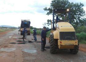 20 homens equipados com maquinário específico para realização de serviços de tapa-buracos atuam no local