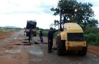 20 homens equipados com maquinário específico para realização de serviços de tapa-buracos trabalhando na manutenção dos trechos