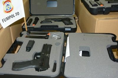 Maletas contendo armas entregues aos policiais civis pelo FUMPOL-TO
