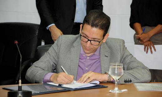 Ao assinar o convênio com a UFT, o secretário de Estado da Administração, Geferson Barros, destacou o empenho do Governo do Estado em favor dos servidores