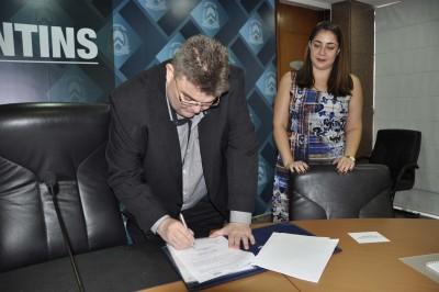 Gilson Porto (UFT)  e Kátia Gomes, gerente da Unicet durante assinatura do convênio entre as instituições