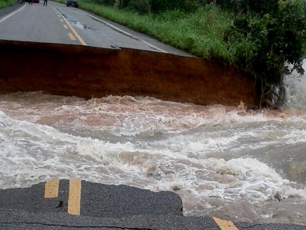 A interdição acontece na altura de 10 km depois de Divinópolis, no sentido Marianópolis. A intensidade da água levou os bueiros e a pista da rodovia