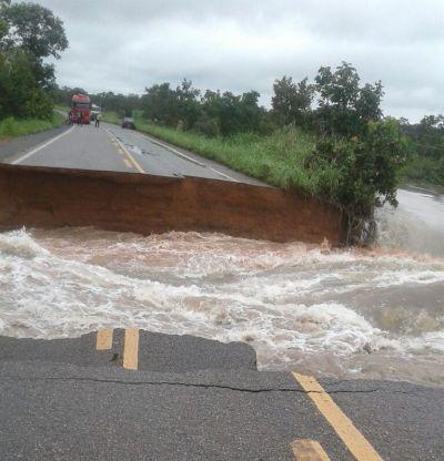 As águas das chuvas levaram bueiros e rompeu a rodovia a cerca de 10 km de Divinópolis