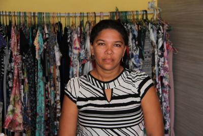 Comerciante Francineide Sousa Santos está feliz com aumento da clientela em sua loja em Praia Norte