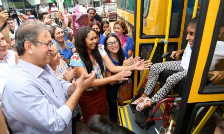 Governo também entregou um ônibus escolar para transporte dos alunos da Escola Especial Amor Fraterno (Apae) de Aliança do Tocantins