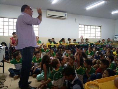 Alunos da escola Municipal Vila Nova acompanham a palestra sobre  carteiras estudantis com o adm. antônio Jorge.jpeg