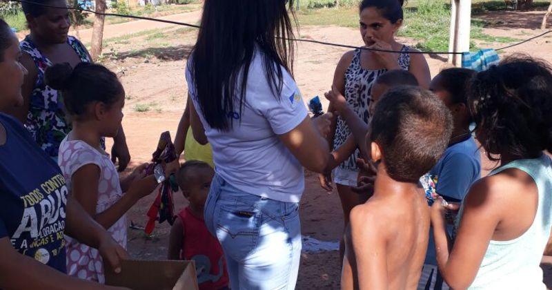 Mais de 200 crianças de invasões vizinhas às unidades socioeducativas receberam ovos de páscoa caseiros.