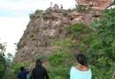 Guia turístico acompanha visitantes no morro da Pedra Furada, em Ponte Alta do Tocantins
