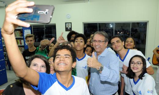 Os alunos tiraram selfies com o governador Marcelo Miranda, em agradecimento pela inauguração da escola