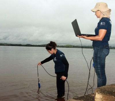 Técnicas da Diretoria de Planejamento e Gestão dos Recursos Hídricos da Semarh analisam pontos utilizando a sonda multiparâmetro