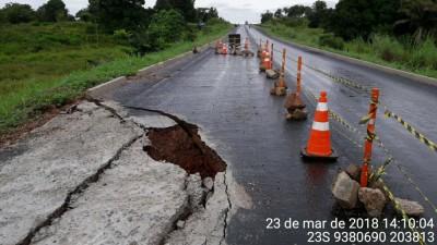 Trecho da pista da TO-201 no Bico do Papagaio está sendo reparado pela Construtora Jurema Ltda, responsável pela manutenção