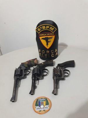 As armas apreendidas foram utilizadas pelos suspeitos na troca de tiros com a PM.