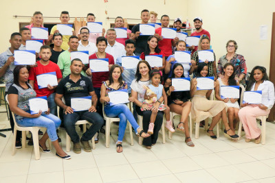 Cabeleireiros comemoram recebimento de certificados