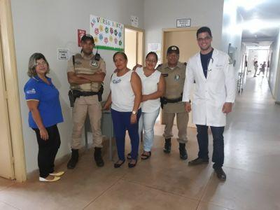 Policiais militares em visita cidadã junto aos profissionais da saúde_400.jpg