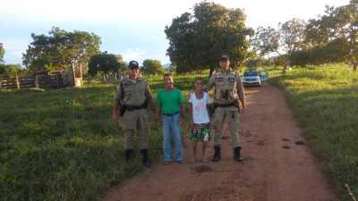 Moradores recebem policiais militares durante visita cidadã_400.jpg