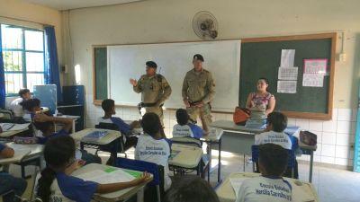 Policiais militares em visita cidadã à instituição de ensino_400.jpg