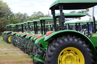 o Governo do Estado, por meio do Programa Terra Forte, entrega 94 novos tratores equipados com carreta e outros implementos para 88 municípios tocantinenses