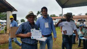 Produtor Jairo Alves recebe certificado da Embrapa como produtor referencia no Plano ABC