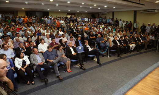 Durante o lançamento da Agrotins, Marcelo Miranda recebe diversas demonstrações de apoio dos presentes