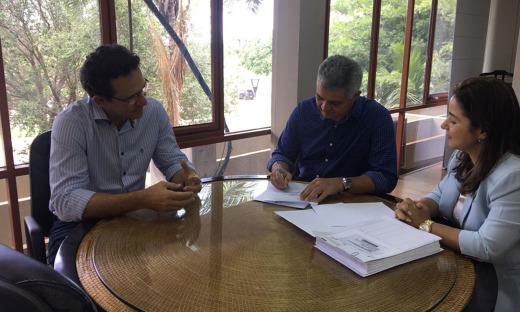 As empresas assinaram os contratos com a Seden, nesta segunda-feira, 16