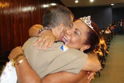 Coronel Falcão entrega coroa para D. Domingas Costa.JPG
