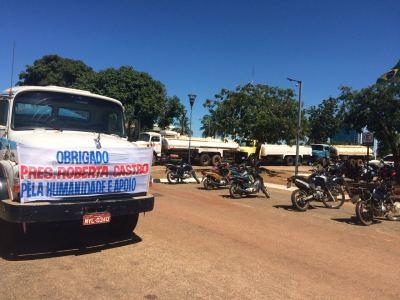 Pipeiros colocaram faixas de agradecimento nos caminhões estacionados em frente à Assembleia Legislativa