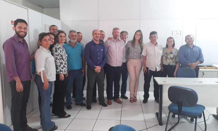 Presidente do órgão (4ª da esq. p/ dir.) Vanessa Alencar ao lado dos servidores da Junta Comercial