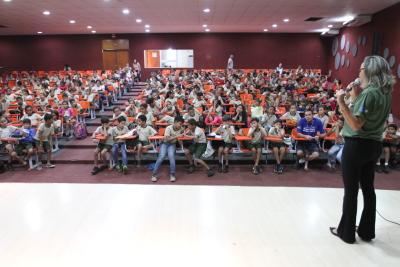 Socióloga da Ageto, Vera Dourado ministrando a palestra sobre os cuidados e os perigos no trânsito às crianças da Esc. Caroline Campelo no Luzimangues, Palmas.