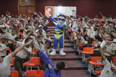 O mascote Herói do Trânsito foi recebido pelas crianças em clima festivo.