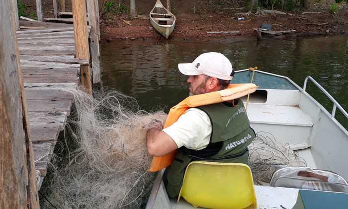 Fiscal Ambiental recolhe rede de pier às margens do rio