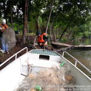 Barco da fiscalização com redes recolhidas no rio