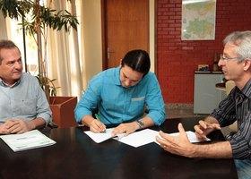 Assinatura do Termo de Cooperação realizada pelo secretário da Semarh, Leonardo Cintra e o presidente do Ruraltins, Sebastião Pelizari Junior