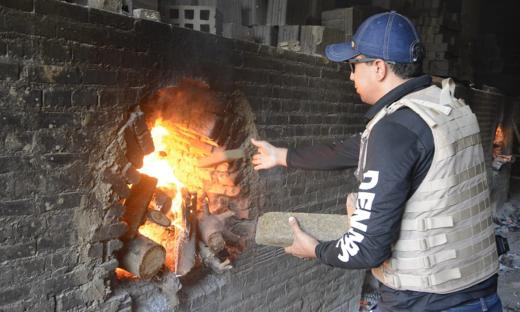 Agente da Polícia Civil incinera drogas apreendidas em Palmas