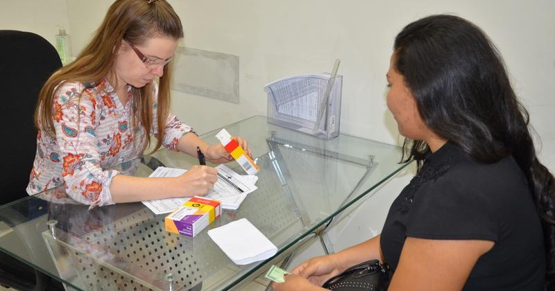 Andreia Maria Pereira de Almeida  recebe medicamento do Estado