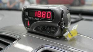 Os táxis devem estar com o taxímetro lacrado e com o selo de verificação do Inmetro