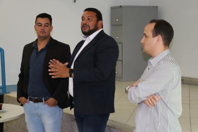 Rogério Bezerra (C) se apresenta aos servidores do órgão acompanhado do vice-presidente Danyllo Santiago (D) e do superintendente Davi Junior (E)