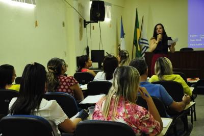 Diretora da Folha de Pagamento, Vagléia Inácio, tira dúvidas dos servidores