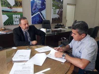 Assinatura do contrato com Crimério de Souza (Dmero)