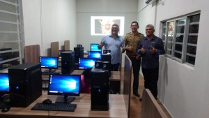 O projeto conta com uma sala de informática básica equipada com computadores de mesa, internet, equipamentos de som, mesas, cadeiras, retroprojetor e ar condicionado