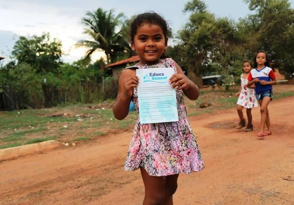 Crianças participam de caminhada ecológica realizada durante a programação do Educa Sanear