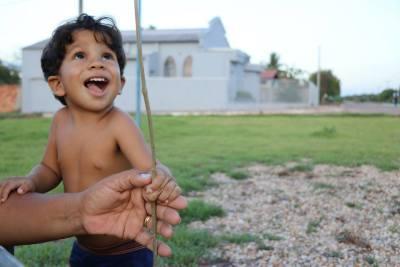 Plantio de mudas atrai a atenção de crianças que se divertem durante o momento