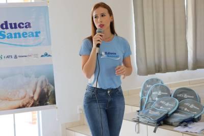 A engenheira ambiental da ATS, Stéfanny Assunção, durante palestra sobre saneamento