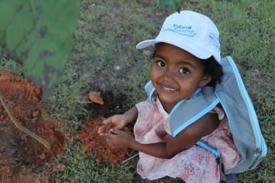 Crianças participam do plantio de mudas de árvores nativas do cerrado