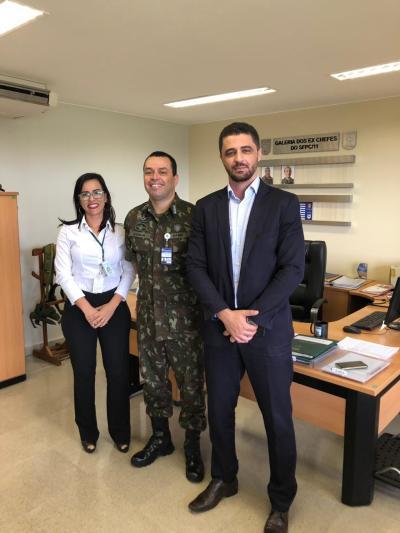 No Exército, gestor tocantinense avança na liberação de armamentos com o tenente coronel Eleuson Marcos Nunes e a major Benedita Soares .