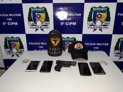 Os celulares e o simulacro de arma de fogo foram apreendidos pela PM.