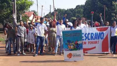 A passeata foi realizada nesta quarta-feira e reuniu alunos e professores