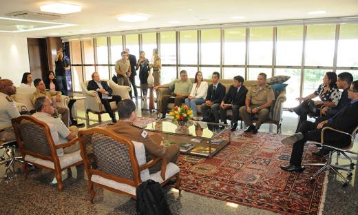 Mauro Carlesse, recebeu nesta quarta, 7, representantes de forças de seguranças do Tocantins, Bahia, Minas Gerais, e de representantes internacionais do Japão e do Chile