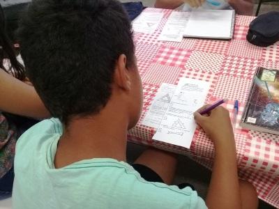 Manoel realiza as atividades de matemática em casa também